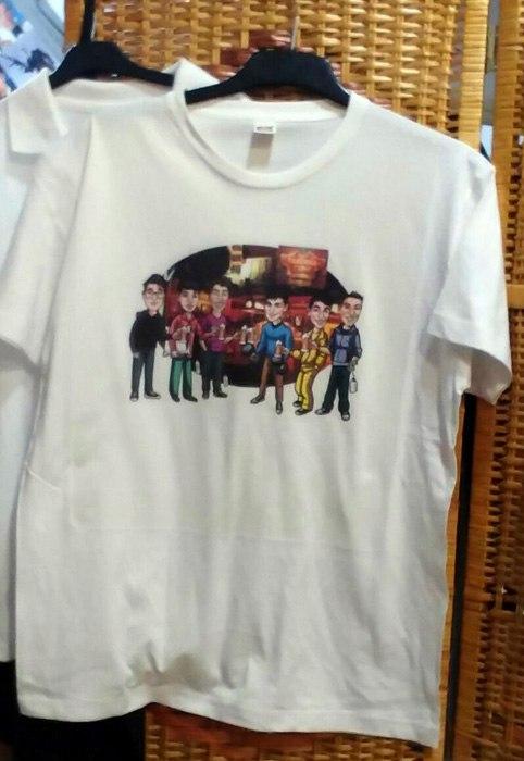 Caricatura de grupo estampada en una camiseta
